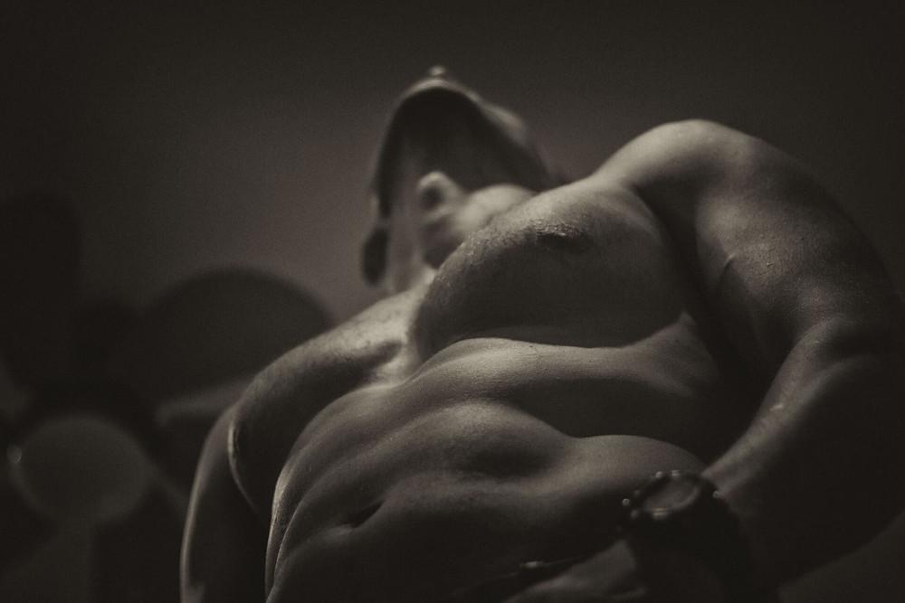 一位有著完美體型、健美、健康的男人