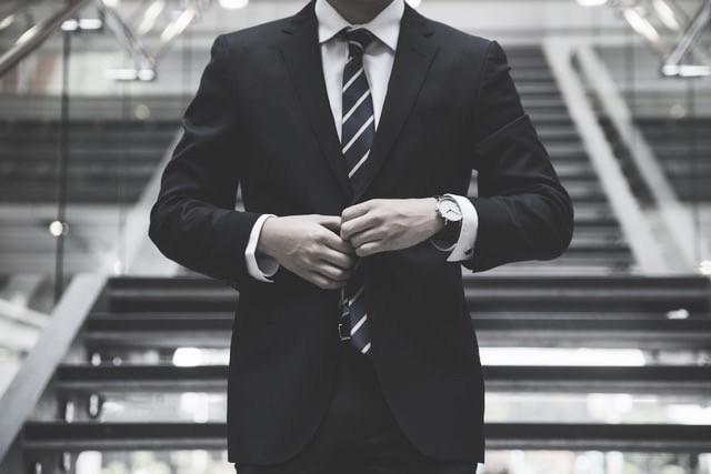 穿衣風格會讓面試官感受到你次面試的重視和誠意,西裝和領帶的搭配,可以顯現自己的專業性。