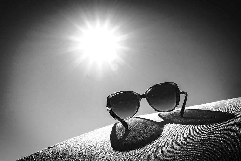 一副有防紫外線的太陽眼鏡,可防止強烈陽光對眼睛的傷害,又可保護眼睛周圍的皮膚。