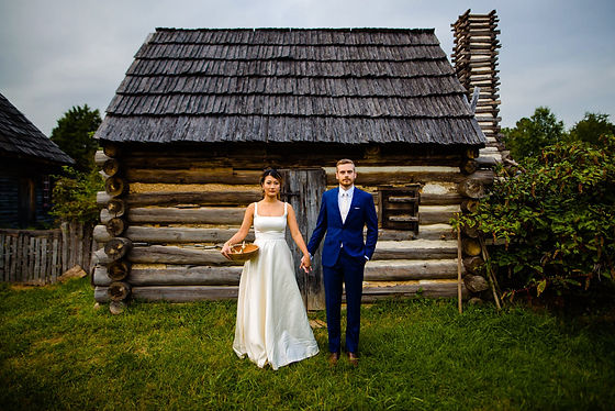 Couple on the National Colonial Farm, photo by Mantas Kubilinskas Photography