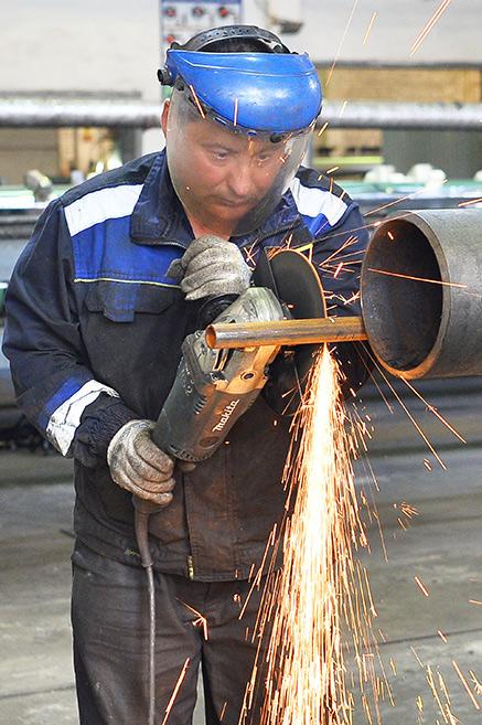 Завод ТВЭЛ-Тобольск. Слесарь трубосборки Илгар Камбаров производит обрезку скин-трубы