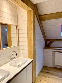 salle de bain cosy en bois, poutres en chêne