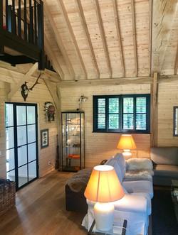 Charme d'un salon en bois laissé naturel