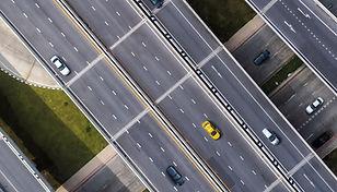Такси на дороге заголовок