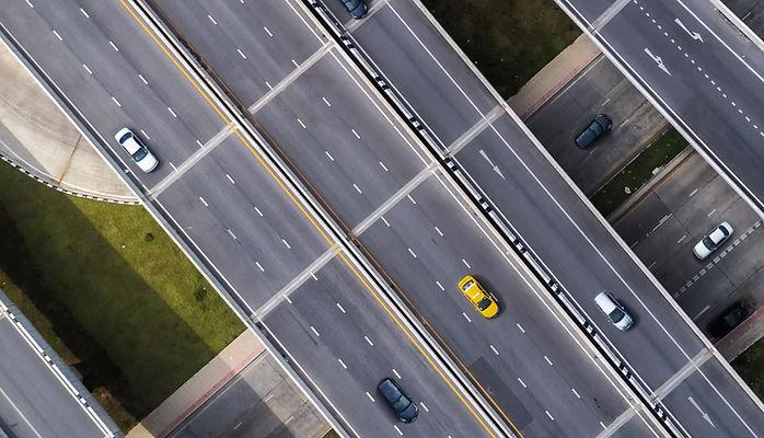 道路ヘッダーのタクシー