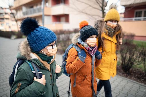 Kinder mit Masken