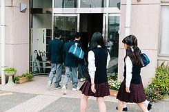 登校する学生たち