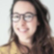 Femme souriante avec des lunettes