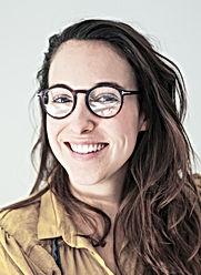 Mulher sorridente com óculos