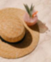 Соломенная шляпа и коктейль