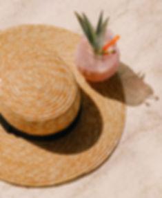 Cocktail e chapéu de palha