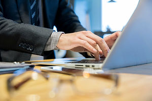 パソコンで作業中の男性