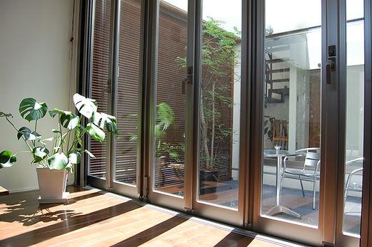 サッシ 中庭 ペアガラスの写真