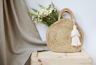 Floristeria en Valencia con regalos como bolso floral, realizado con flores de campo y silvestres. Realizando el envio a otras localidades de valencia.