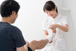 Enfermera ayudando a un paciente