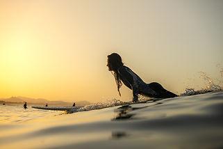Günbatımında sörf