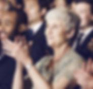 Multitud aplaudiendo