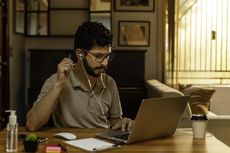 Trabajando en un Laptop