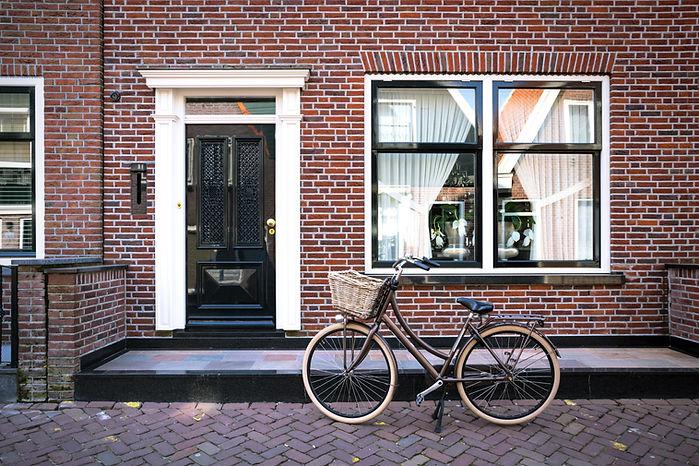 Bakstenen huis met fiets