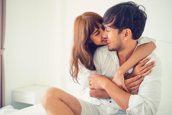 Verspieltes Paar die sich umarmen single coaching online