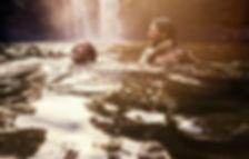 Wasserfall-Paar-Schwimmen