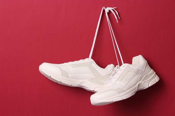 Hängende weiße Schuhe