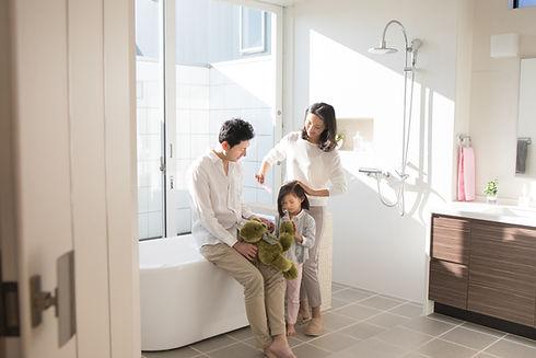 バスルームで身支度を整える家族