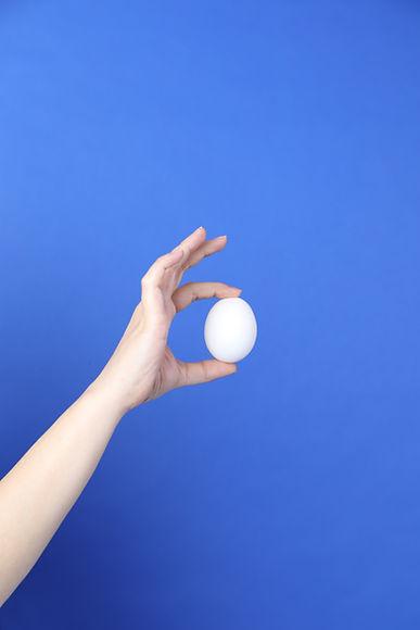 Ein Ei halten