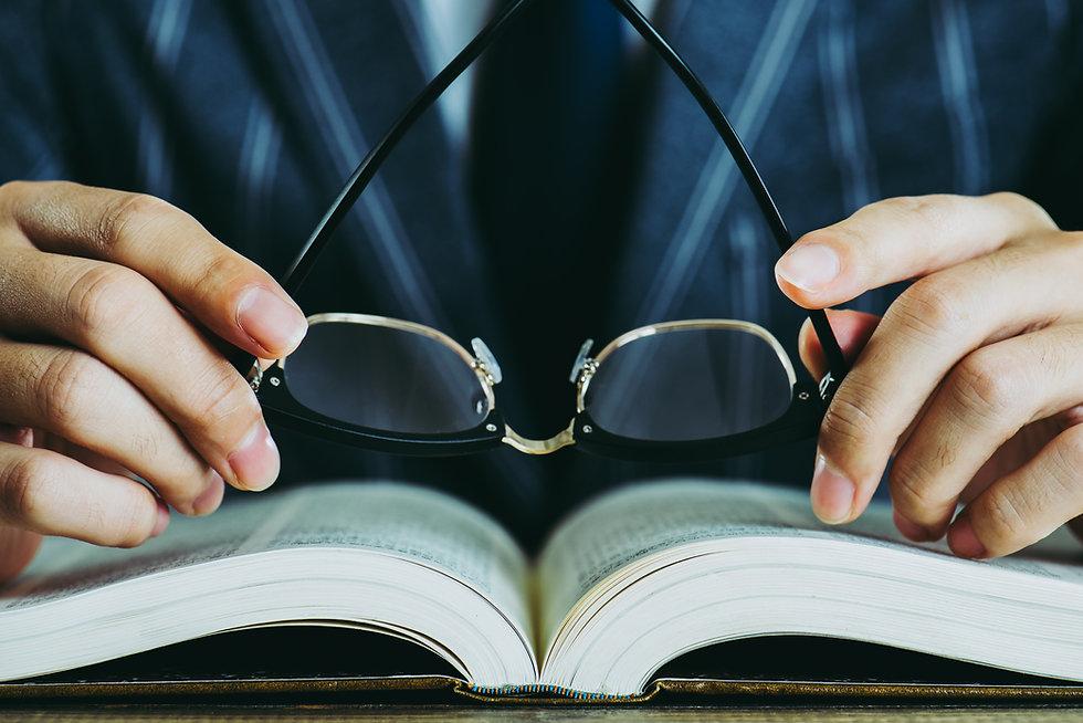 Livro e óculos