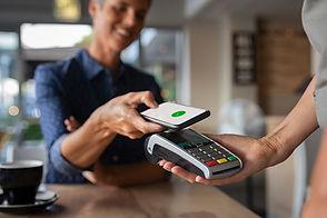 Betaler med en telefon