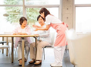 介護士と話をするシニア女性