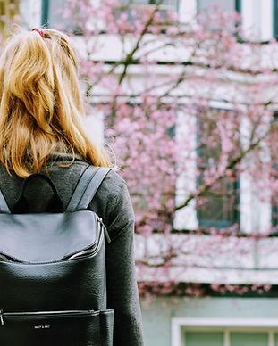 Chica con mochila de cuero