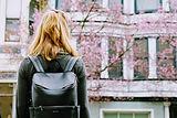 Pige med læder rygsæk