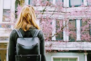 Dziewczyna z skórzanym plecakiem