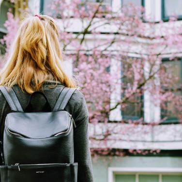Deri sırt çantası ile kız