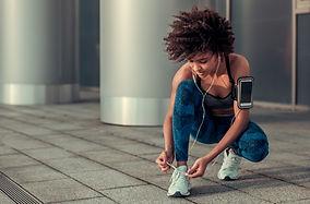 Vrouw die haar Schoenveters bindt