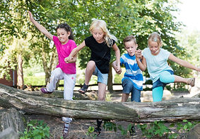 Niños jugando afuera