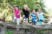Děti si hrají venku