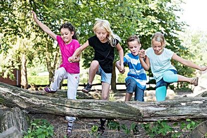 Kinder spielen draußen