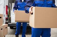 Hombres llevando paquetes