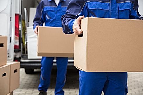 Uomini che trasportano pacchetti
