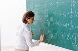 Учительница на уроке математики