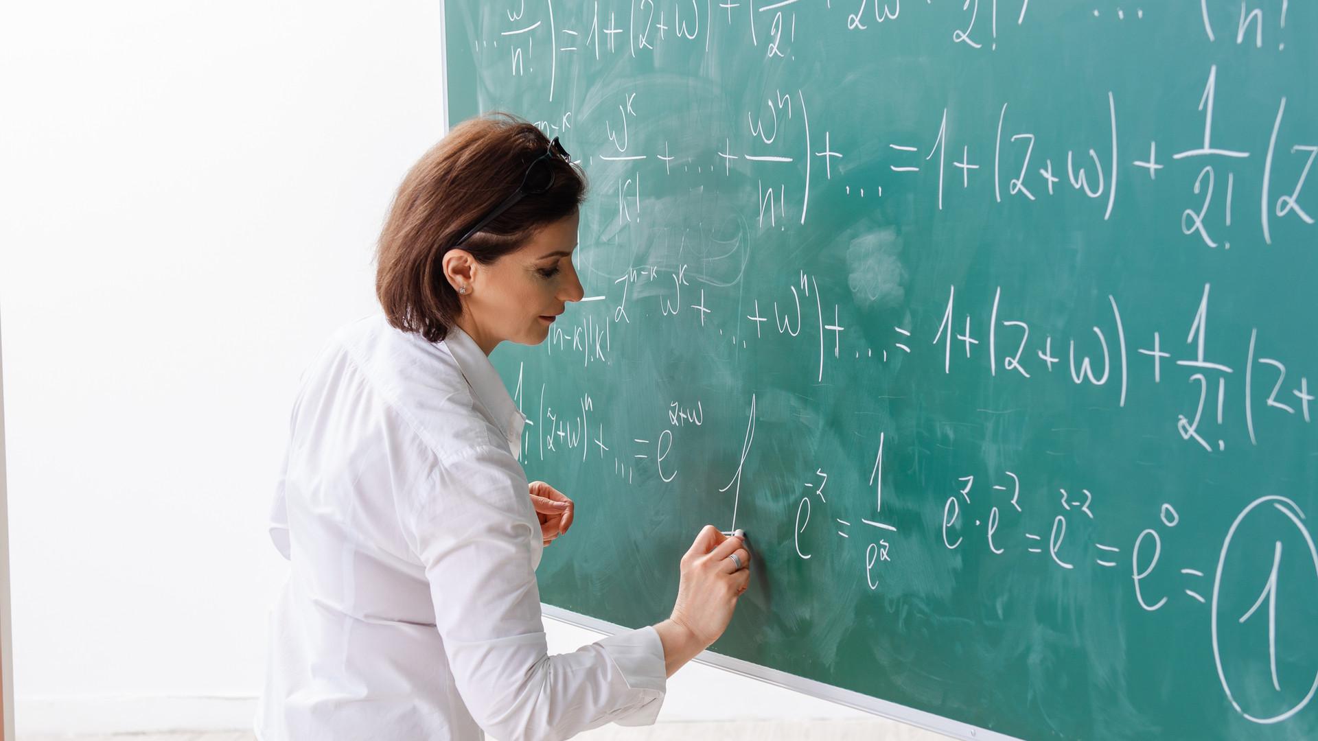 Maestra durante una clase de matemáticas
