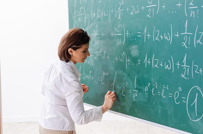 Professora durante uma aula de matemátic