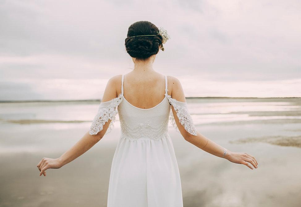 海を見ている花嫁