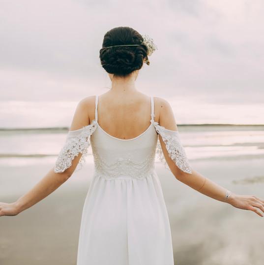 Mariée regardant la mer