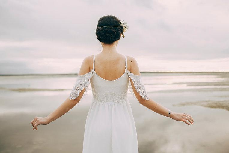 Braut, die das Meer betrachtet