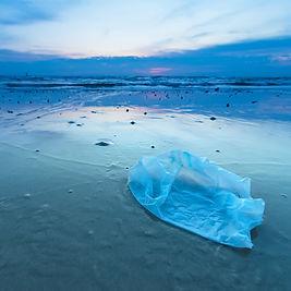 Sac en plastique sur la plage