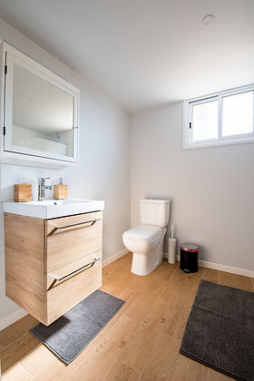 寄木細工の床のバスルーム