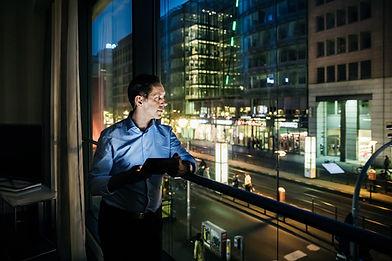 Uomo su un balcone
